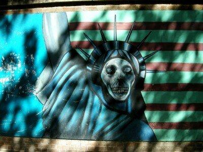 Malunki na murach dawnej ambasady USA