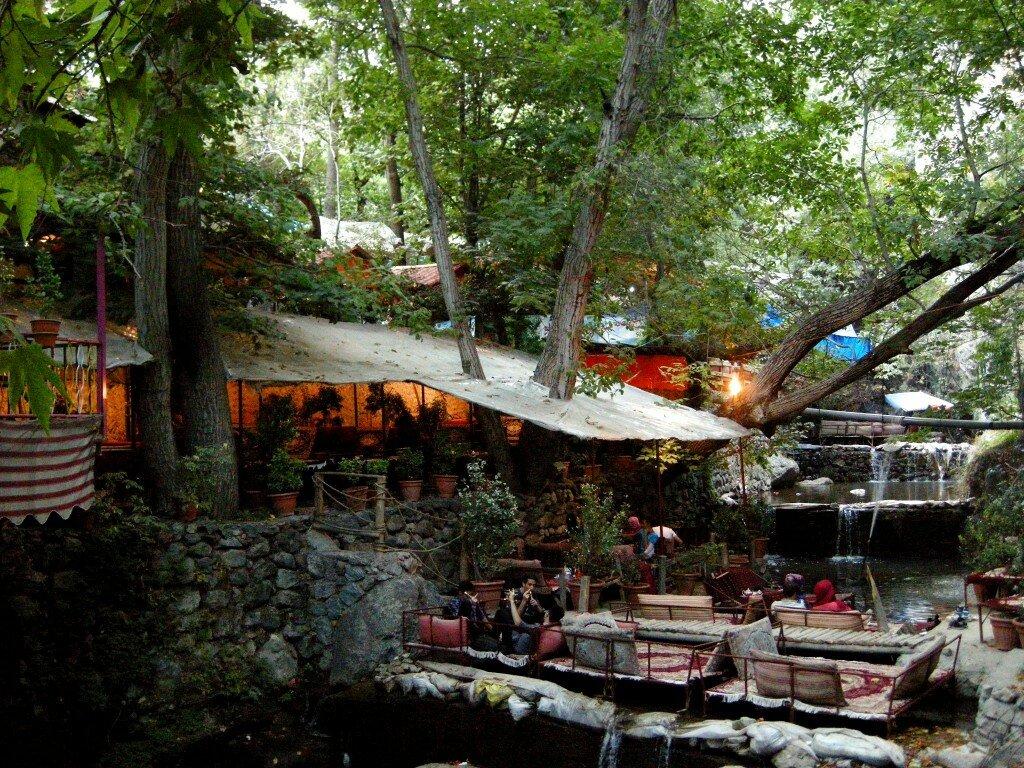 Teheran, Darband - ławy na środku strumienia, drzewa przechodzące przez dachy - jest pięknie!