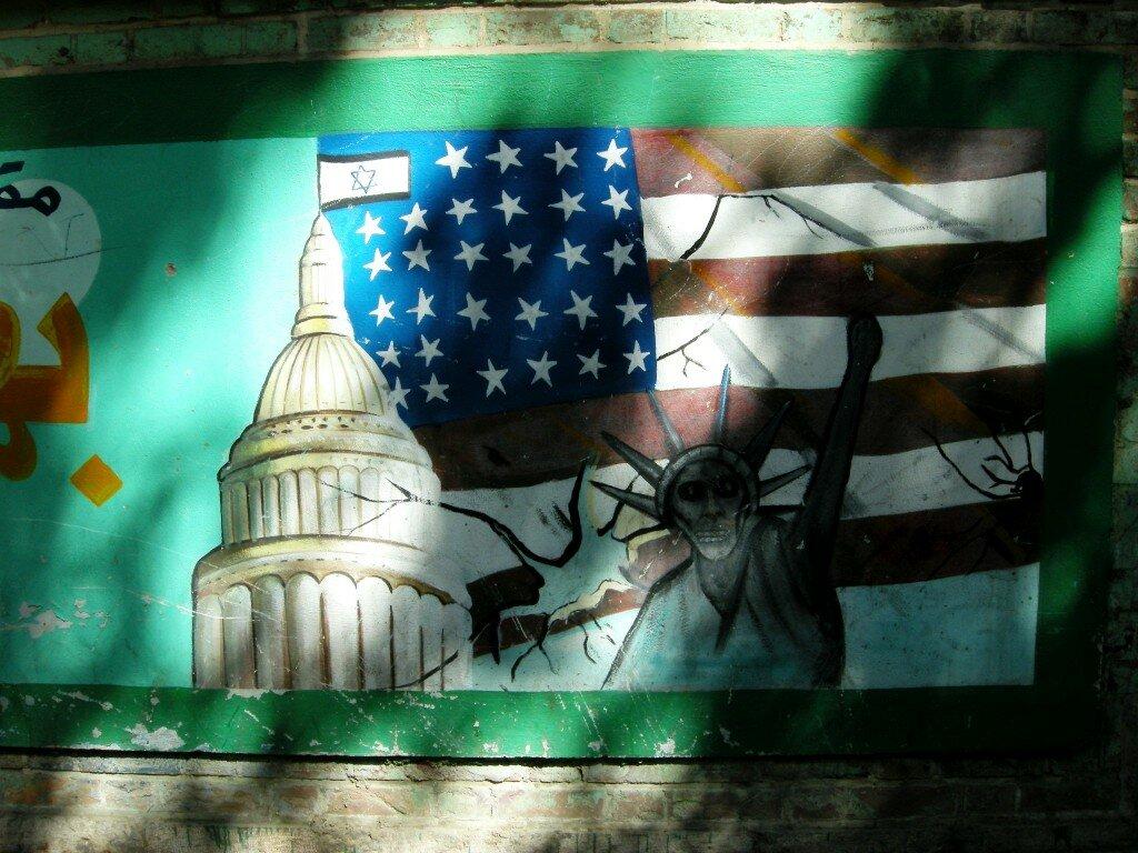 Teheran - graffiti na murze dawnej ambasady USA