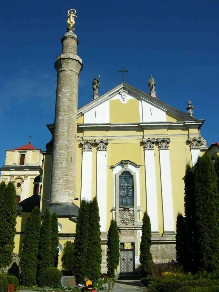 Minaret przed kościołem katolickim wygląda dość egzotycznie...